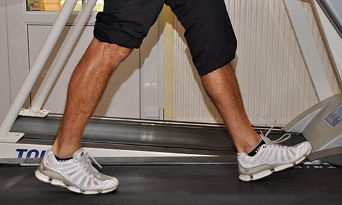 Beine eines Mannes auf einem Laufband